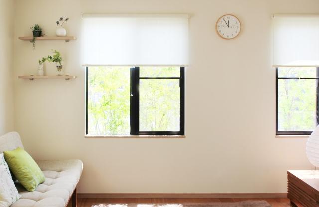 窓、時計のある部屋の写真です。